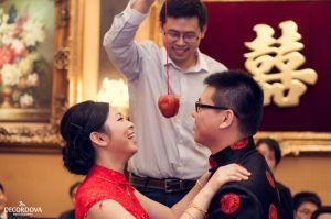 40-sunny-li-toronto-chinese-wedding-biting-the-apple.jpg